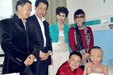 中国文化义工北京及广州艺术团负责人看望烧伤儿童韩嘉琪