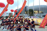 中国文化义工郴州艺术团为运动会表演瑶舞《请到汝城来》