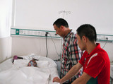 中国文化义工用大爱陪伴烧伤儿童韩嘉琪度过痛苦的40天