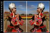 中国文化义工艺术团长紫秋在北京天安门广场展示瑶族服饰