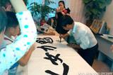 中国文化义工北京书画团团长助理胡健赠书魅力妈妈工作室