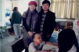 邻里中国网策划专员吕科峰到空军医院探望烧伤儿童韩嘉琪