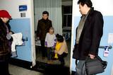 著名朗诵家爱心诗人海洋赴空军总医院看望烧伤儿童韩嘉琪
